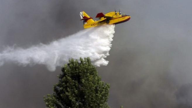 Un hidroavión trabaja en las labores de extinción del incendio forestal declarado en Humanes (Guadalajara).