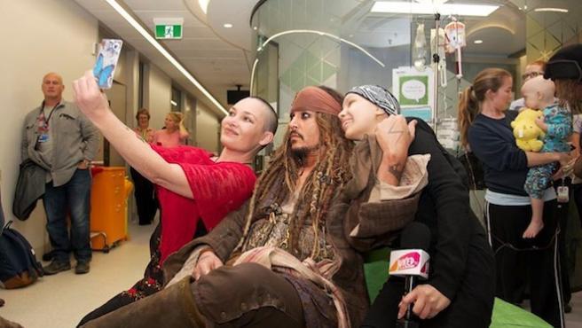 Foto del día: Johnny Depp visita un hospital como Jack Sparrow