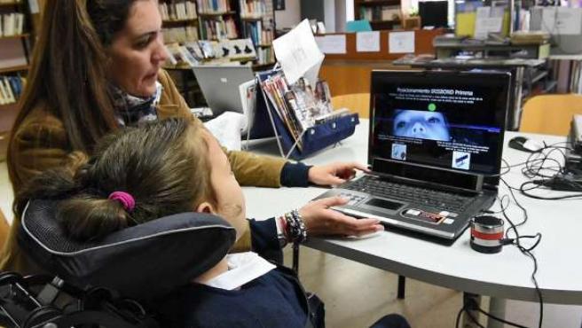 Una joven con padece parálisis cerebral puede comunicarse a través de sus ojos.