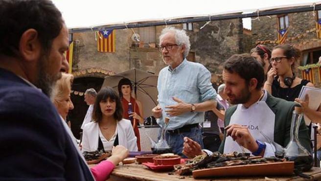 Los protagonistas de Ocho apellidos catalanes comen calçots, una cebolla tierna muy típica de Cataluña, durante el rodaje de la cinta en Monells (Girona).