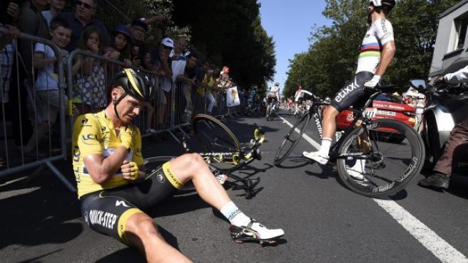 El ciclista alemán Tony Martin del equipo Etixx Quick Step se sienta tras su caída en el último kilómetro de la sexta etapa de la 102º edición del Tour de Francia.