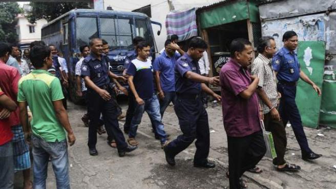 Varios policías custodian a tres acusados cerca de Bangladesh, en una imagen de archivo.
