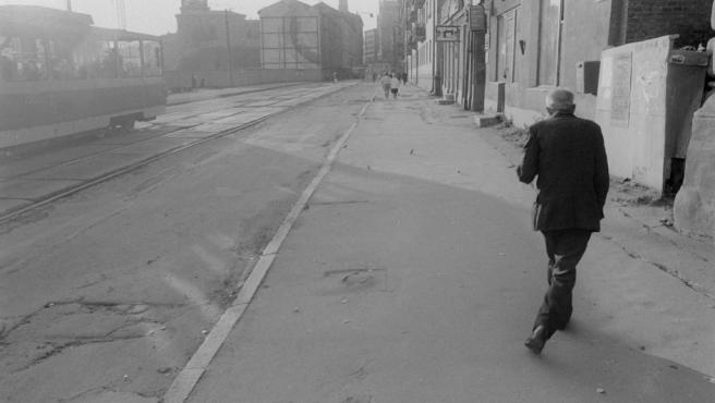 Un hombre trastabilla por una calle de Ucrania en esta foto de Otto Snoek tomada en el periodo entre 1989 y 1992