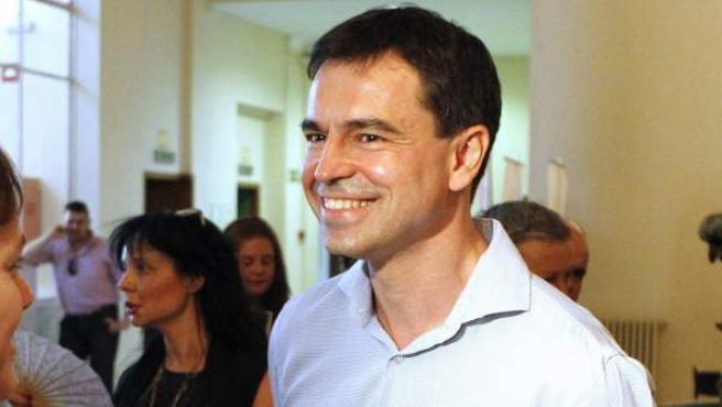 El nuevo líder de UPyD, Andrés Herzog (d), a su llegada al congreso extraordinario.