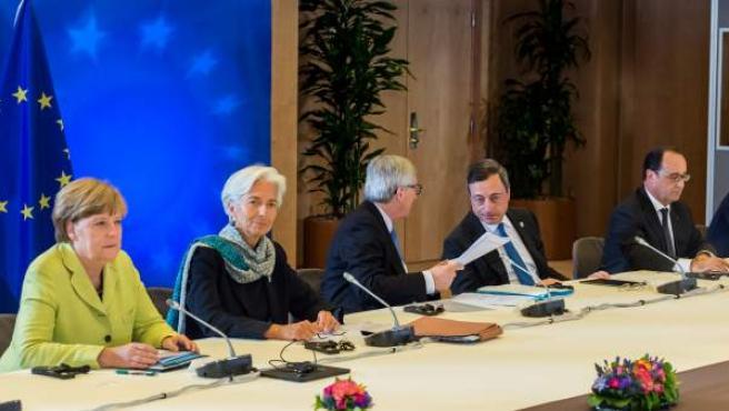 De izquierda a derecha, la canciller alemana, Angela Merkel; la directora gerente del FMI, Christine Lagarde; el presidente de la Comisión Europea, Jean-Claude Juncker; el gobernador del BCE, Mario Draghi; el presidente francés, François Hollande; el primer ministro griego, Alexis Tsipras, y el presidente del Gobierno español, Mariano Rajoy.