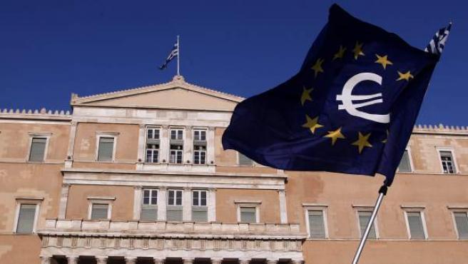 Una bandera de la UE con el símbolo del euro ondea frente a la sede del parlamento griego en Atenas, Grecia.