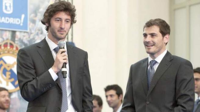 Esteban Granero e Iker Casillas, en la celebración de la Liga 2011/2012.