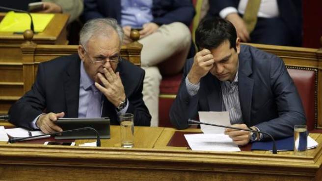 Alexis Tsipras, junto Giannis Dragasakis, en la sesión del viernes del Parlamento heleno para votar el último plan griego para solicitar el rescate.