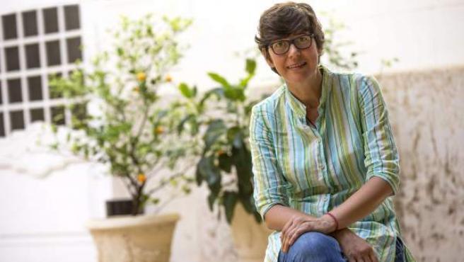 Pilar Lima, la primera senadora sorda, posa en el jardin de Les Corts de Valencia.