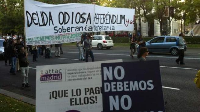 """Pancartas durante la marcha del 13-O de 2012 contra la """"deuda odiosa""""."""