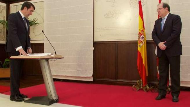 Suárez-Quiñones toma posesión como consejero ante la mirada de Herrera