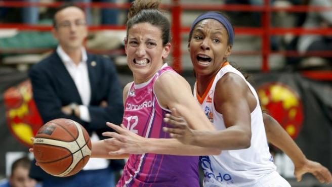 Maria Pina (i), del Club Baloncesto Conquero, controla el balón ante la defensa de Eshaya Murphy, del Perfumerías Avenida, durante la final de la Copa de la Reina de baloncesto 2015.