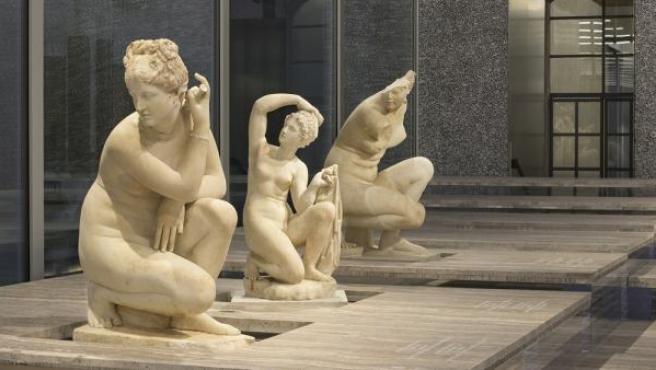 Diferentes versiones de 'Afrodita agachada' exhibidas en la Fondazione Prada de Milán