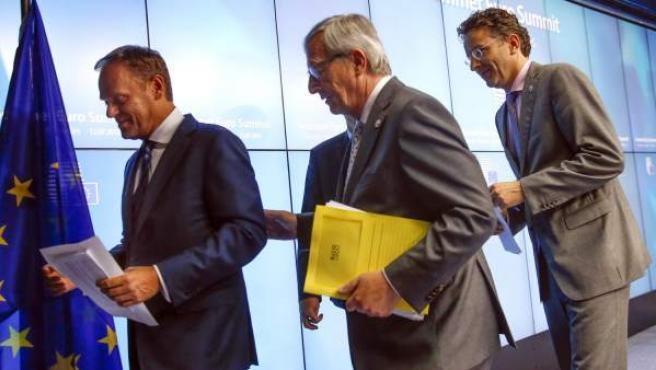 El presidente de la Comisión Europea, Jean-Claude Juncker (c); el presidente del Consejo Europeo, Donald Tusk (izq), y el presidente del Eurogrupo, Jeroen Dijsselbloem (dcha), abandonan la sala tras dar una rueda de prensa tras finalizar la cumbre de líderes de la eurozona sobre la crisis en Grecia.