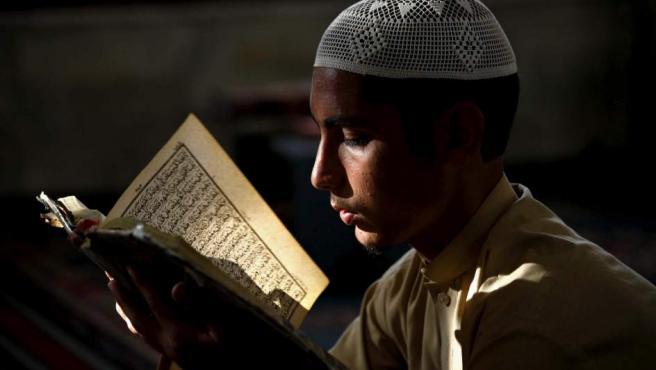 """<p>Un joven lee el Corán en una mezquita durante el mes del<a title=""""Más noticias sobre el Ramadán"""" href=""""http://www.20minutos.es/minuteca/ramadan/"""" target=""""_blank"""">Ramadán</a> en Peshawar (Pakistán).</p>"""