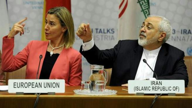 La jefa de la diplomacia europea, Federica Mogherini (izq), y el ministro de Exteriores iraní, Mohamad Javad Zarif.