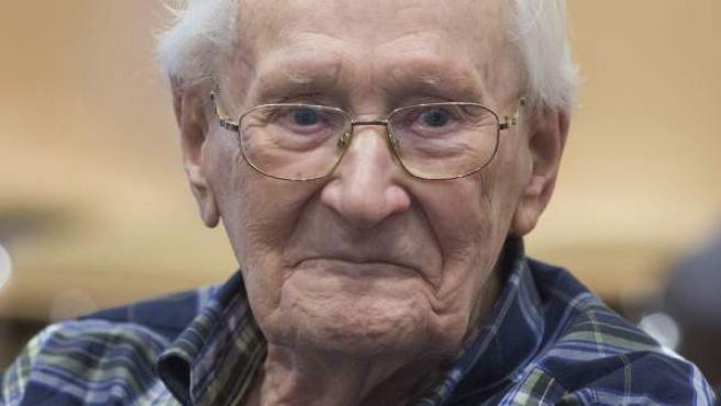 El acusado Oskar Gröning, en una sesión del juicio en el que se le acusa de complicidad en más de 300.000 casos de asesinato en Lüneburg, Alemania.