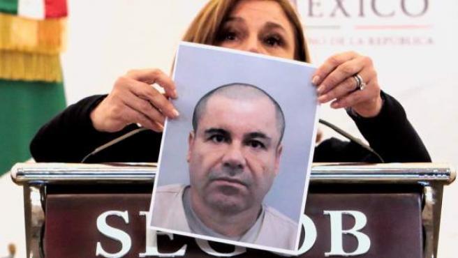 La titular de la Procuraduría General de la República (PGR), Arely Gómez, muestra una fotografía del narcotraficante Joaquín 'El Chapo' Guzmán.