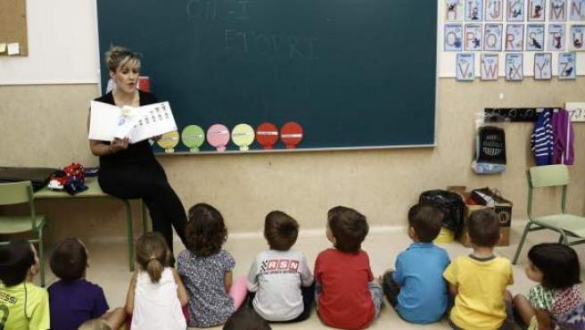 Una profesora da clase en Navarra.