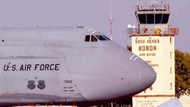 Imagen de archivo de un avión de EE UU aterrizando en la base aérea de Morón de la Frontera (Sevilla).