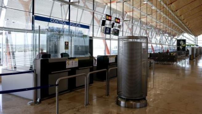 Imagen de un control policial en la terminal 4 del aeropuerto de Barajas.