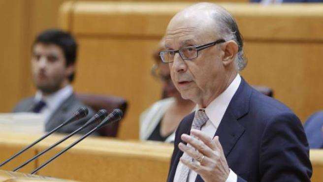 El ministro de Hacienda, Cristóbal Montoro, durante su intervención en el pleno extraordinario celebrado en el Senado para debatir el techo de gasto de 2016.