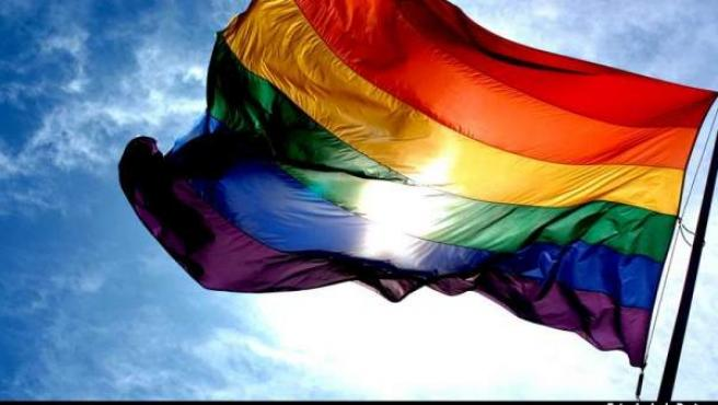 La bandera arcoiris simboliza la diversidad sexual.