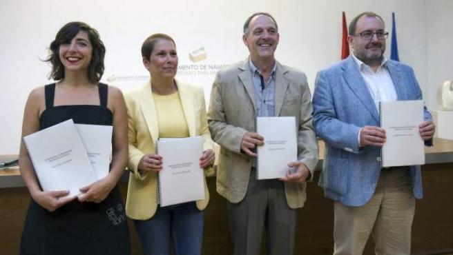 Los máximos responsables de Geroa Bai, EH Bildu, Podemos e Izquierda Ezkerra, Uxue Barkos (2i), Adolfo Araiz (2d), Laura Pérez y José Miguel Nuin, respectivamente, durante la firma en Pamplona.