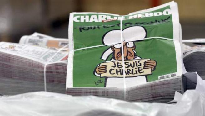 """Vista de paquetes de copias del próximo número del semanario """"Charlie Hebdo""""."""