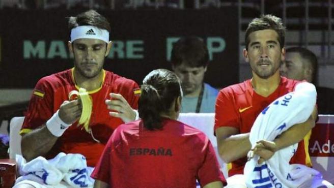 Fotografía facilitada por la RFET, de los tenistas españoles Marc López (d) y David Marrero (i), durante el partido de dobles correspondiente a la eliminatoria por el ascenso al Grupo Mundial de la Copa Davis, que disputaron contra la pareja de rusos Konstantin Kravchuk y Evgeny Donskoy, en el Fetisov Arena de Vladivostok.