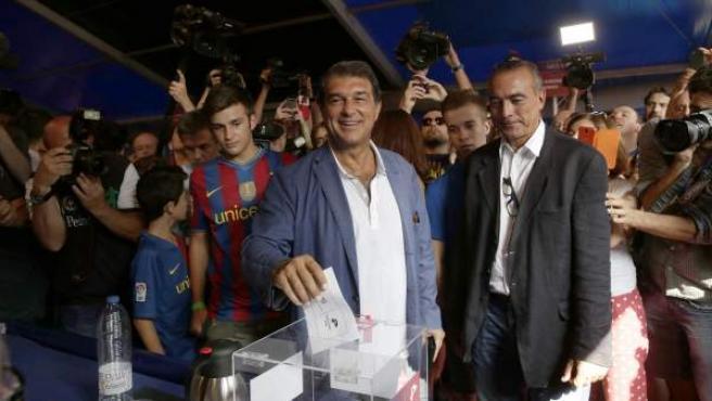 El candidato a la presidencia del FC Barcelona Joan Laporta, durante su votación esta mañana en las elecciones a presidente del FC Barcelona.