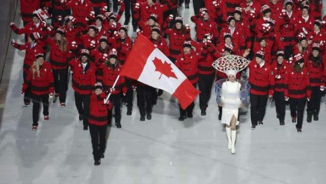 El equipo olímpico canadiense, con Hayley Wickenheiser como abanderada, entra en el estadio olímpico de Fisht.