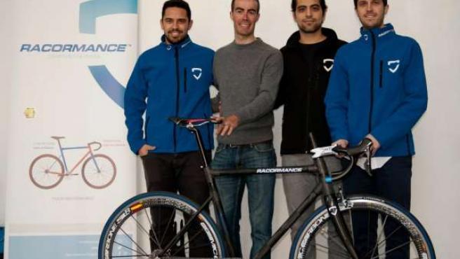 Miembros de la empresa de bicicletas de basalto sevillana Racormance