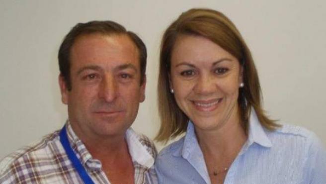 El alcalde 'popular' de Villares del Saz (Cuenca), en una imagen de su perfil de Facebook, donde posa con la secretaria general del PP, María Dolores de Cospedal.