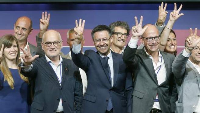 El empresario Josep Maria Bartomeu (c) junto a su equipo, tras proclamarse presidente del FC Barcelona