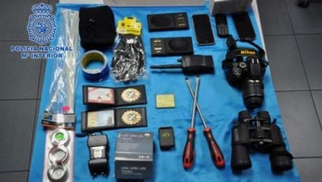 La Policía Nacional ha incautado el material que usaba una banda que se hacía pasar por guardias civiles para robar a narcotraficantes.