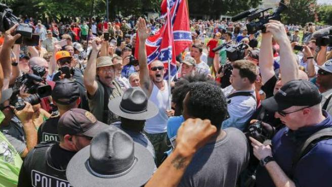 Miembros de Klu Klux Klan (KKK) y de los Black Panther Party, enfrentados en dos marchas paralelas en el Capitolio de Columbia (Carolina del Sur).