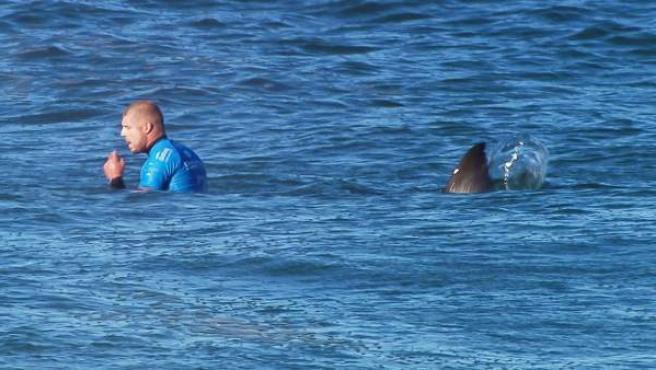 Momento en el que un tiburón se aproxima al surfista australiano Mick Fanning en una competición en Sudáfrica.