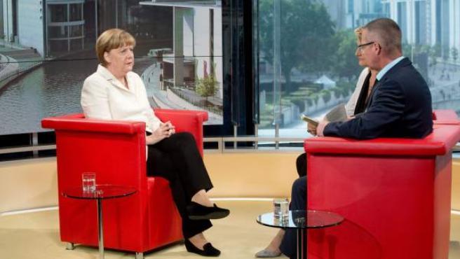 La canciller alemana, Angela Merkel, durante su 'Entrevista de verano' en la cadena de televisión pública ARD.