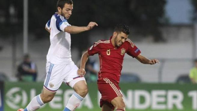 El centrocampista de la selección española de fútbol sub-19 Dani Ceballos (d) lucha el balón con Georgi Melkadze, de la selección rusa.