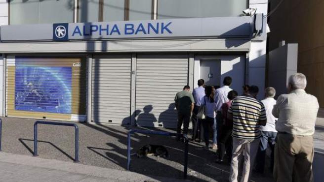 Una sucursal de Alpha Bank permanece cerrada en Atenas, Grecia.