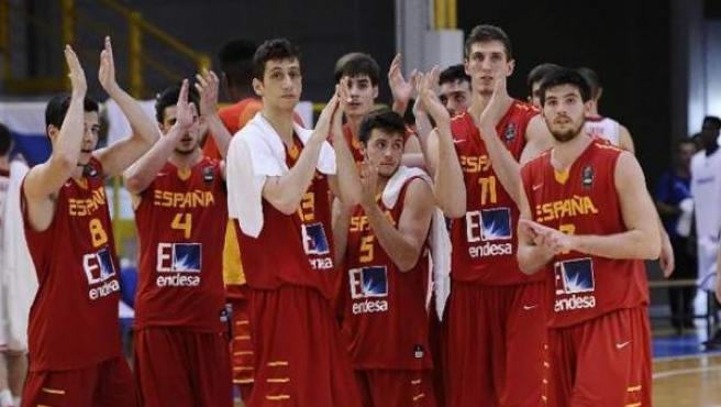 Los jugadores de la selección española de baloncesto sub 20, tras caer derrotados ante Serbia.