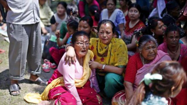 Nepalíes en busca de un espacio abierto tras el grave terremoto en Katmandú.