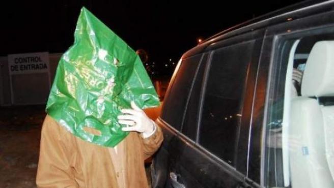 Imagen de archivo de uno de los funcionarios acusados por la 'operación Guateque' abandonando la prisión en 2008.