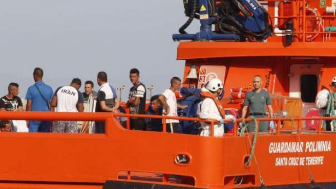 Llegada al puerto de Almería de la embarcación de Guardamar Polimnia de Salvamento Marítimo que ha rescatado a 13 varones de origen magrebí.