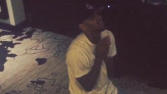 Captura del vídeo publicado en Instagram por Chris Brown, en el que ruega de rodillas que le dejen salir de Filipinas.
