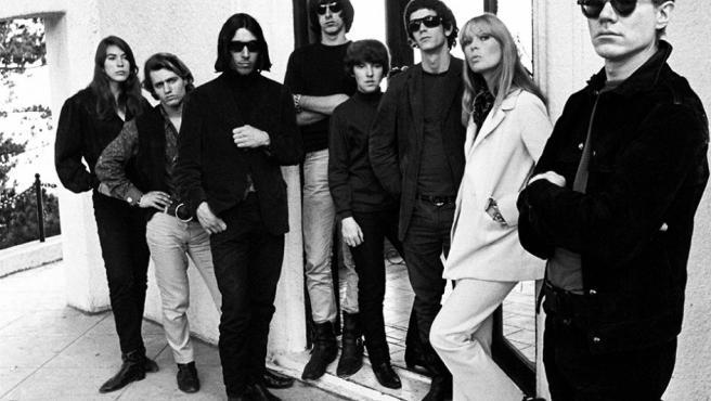 El reportero Steve Shapiro es el autor de esta foto de Warhol, en primer plano, con The Velvet Underground en 1966. Lou Reed es el sexto desde la izquierda. A su lado, Nico.