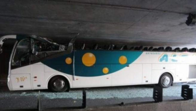 Imagen de un autobús atrapado en el túnel de la salida de Romarin, a la altura del municipio francés de La Madeleine tras un accidente.