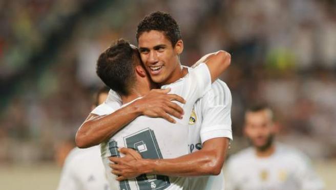 Varane celebra su gol con su compañero Nacho durante el partido del Real Madrid contra el Inter de Milán.