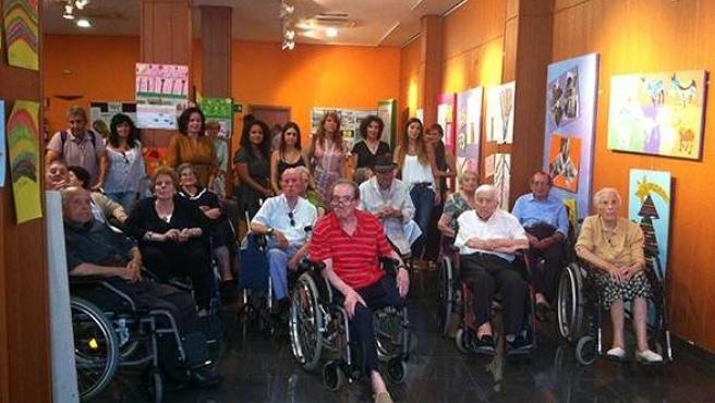 Personas mayores acuden a un taller de arteterapia en San Juan del Puerto.